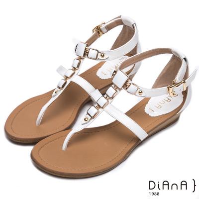 DIANA 艷夏焦點—金色飾釦夾腳涼拖鞋-白