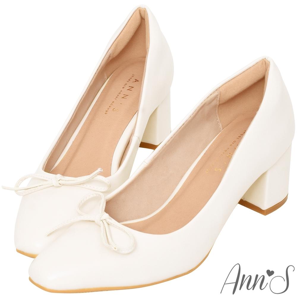 Ann'S法式優雅-油皮細緻蝴蝶結粗跟方頭跟鞋-米白