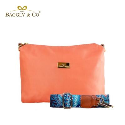 【BAGGLY&CO】輕量防潑水尼龍圖騰印花寬背帶側背包(珊瑚橘)