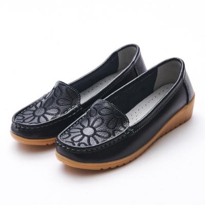 A one  牛皮莫卡辛電繡花朵小坡跟休閒鞋-黑色