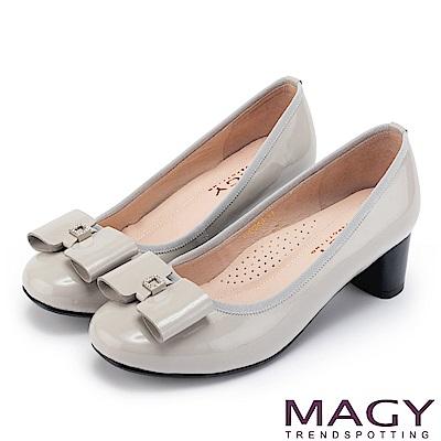 MAGY 甜美舒適款 蝴蝶結水鑽方釦牛皮粗跟鞋-灰色