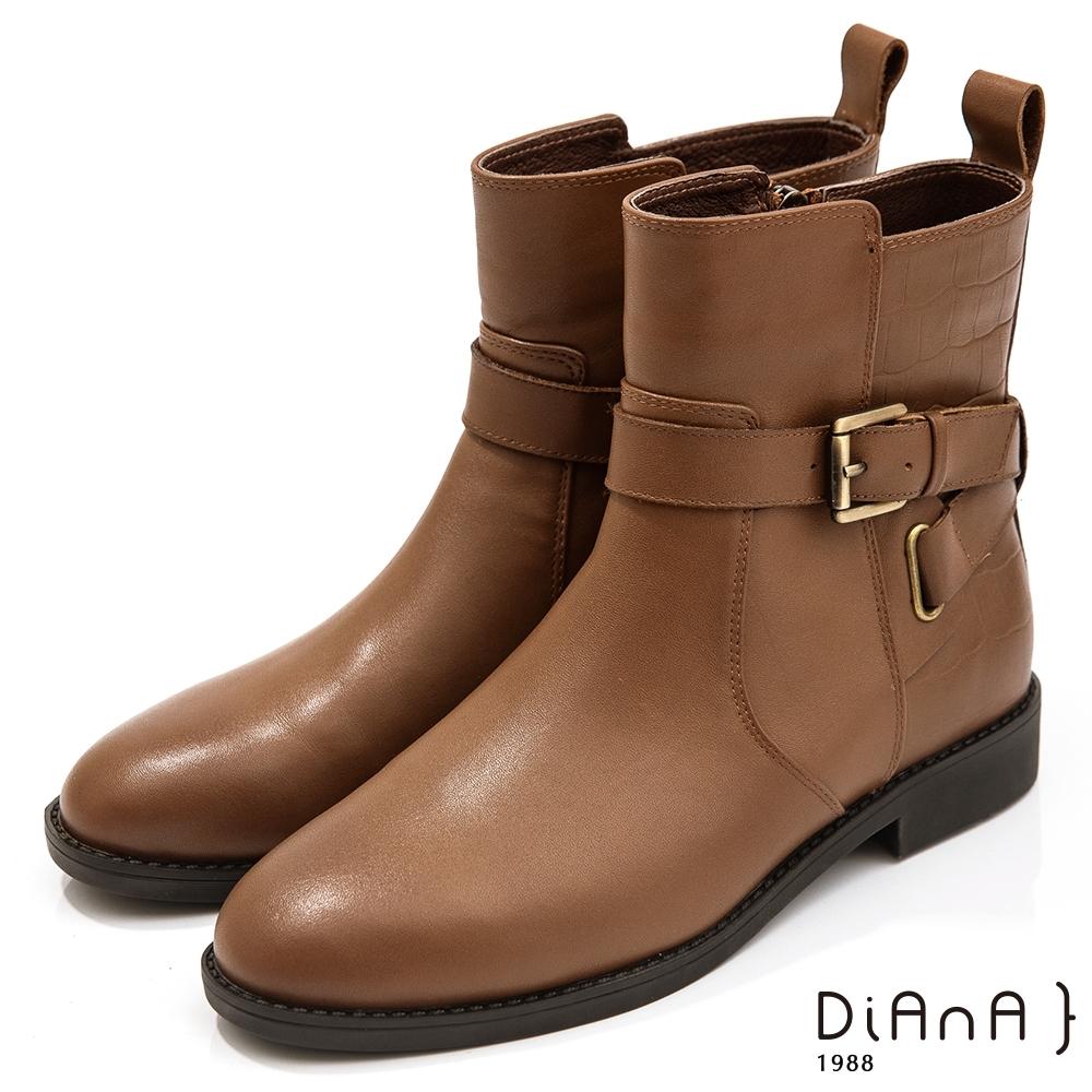DIANA 2.5cm質感牛皮X壓紋拼接皮帶飾低跟短靴-迷人色調 –棕