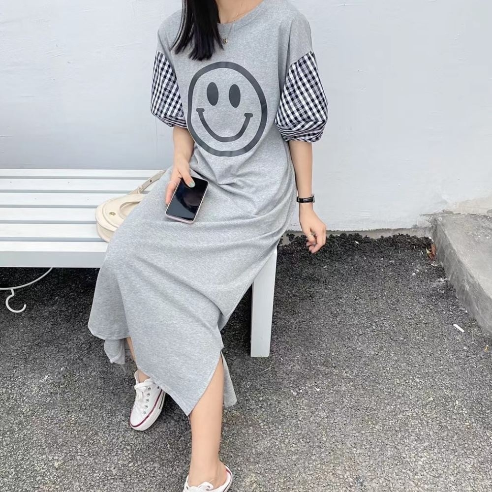 La Belleza圓領笑臉印花袖拼接黑白格子燈籠袖長版側開叉棉質洋裝