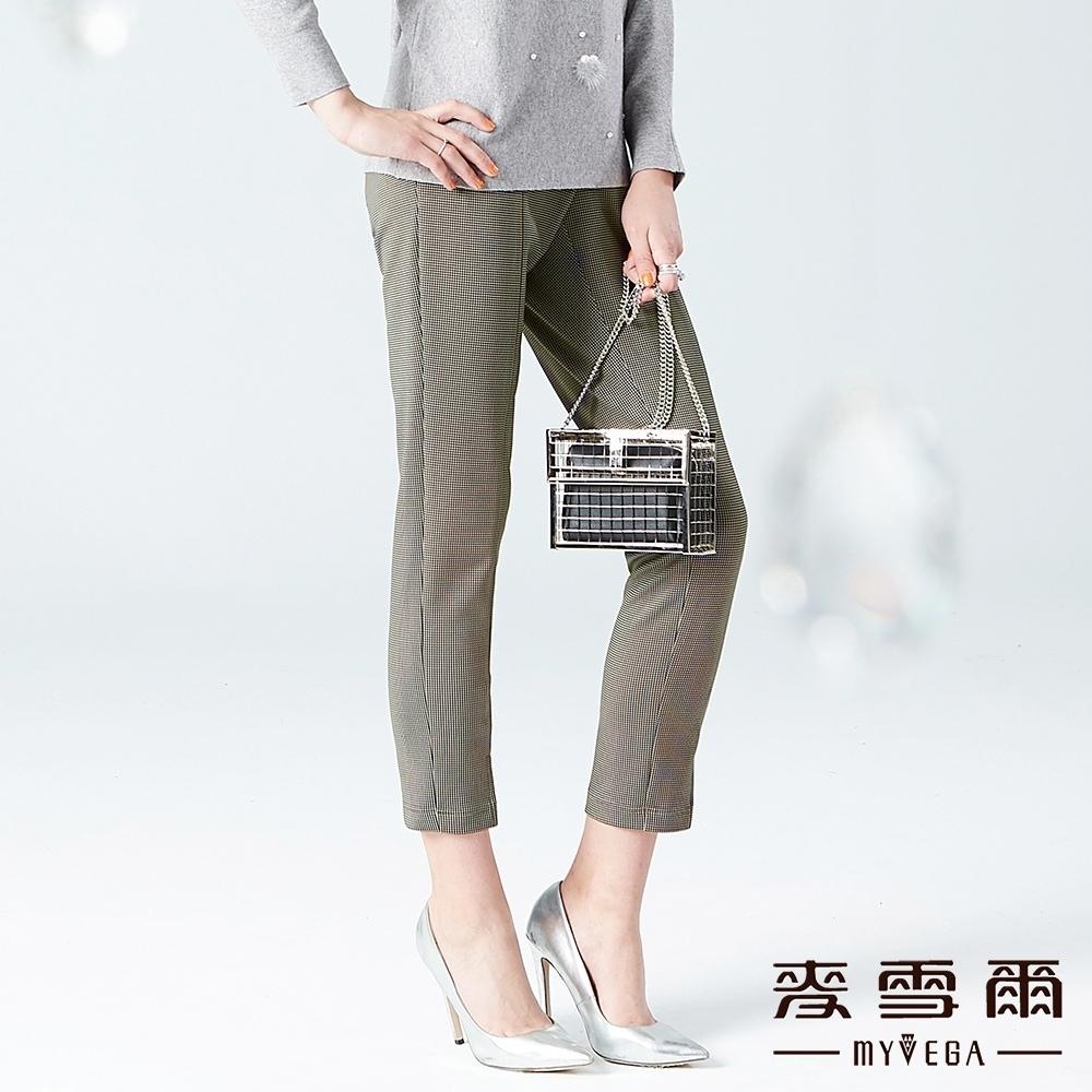 【麥雪爾】俐落率性極細格紋九分西裝褲-卡其