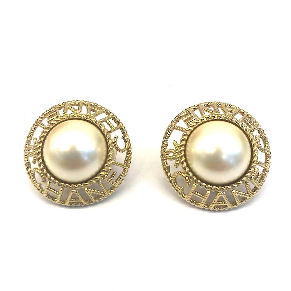 CHANEL 經典LOGO 簍空珍珠圓型夾式耳環 (時尚香檳金)CHANEL香奈兒