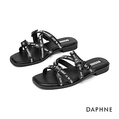 達芙妮DAPHNE 涼鞋-潮流字母交叉扣帶個性方頭平底拖鞋-黑色