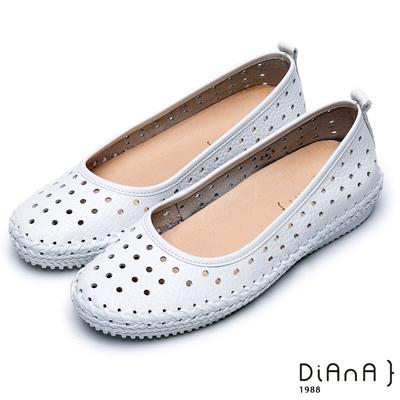 DIANA 隨性原色--俏麗圓孔鏤空真皮縫布造型平底鞋-白