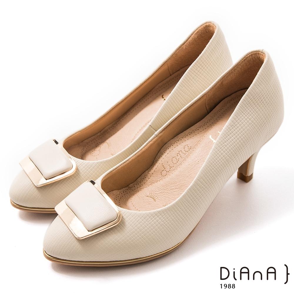 DIANA 6.5 cm格紋羊皮金屬斜角方釦飾圓尖頭跟鞋-漫步雲端焦糖美人-米