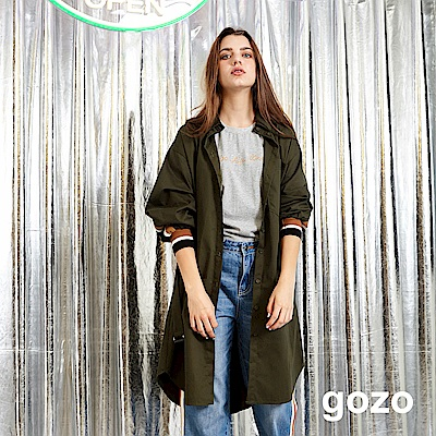 gozo 配色運動風條紋綁帶長版風衣外套(墨綠)
