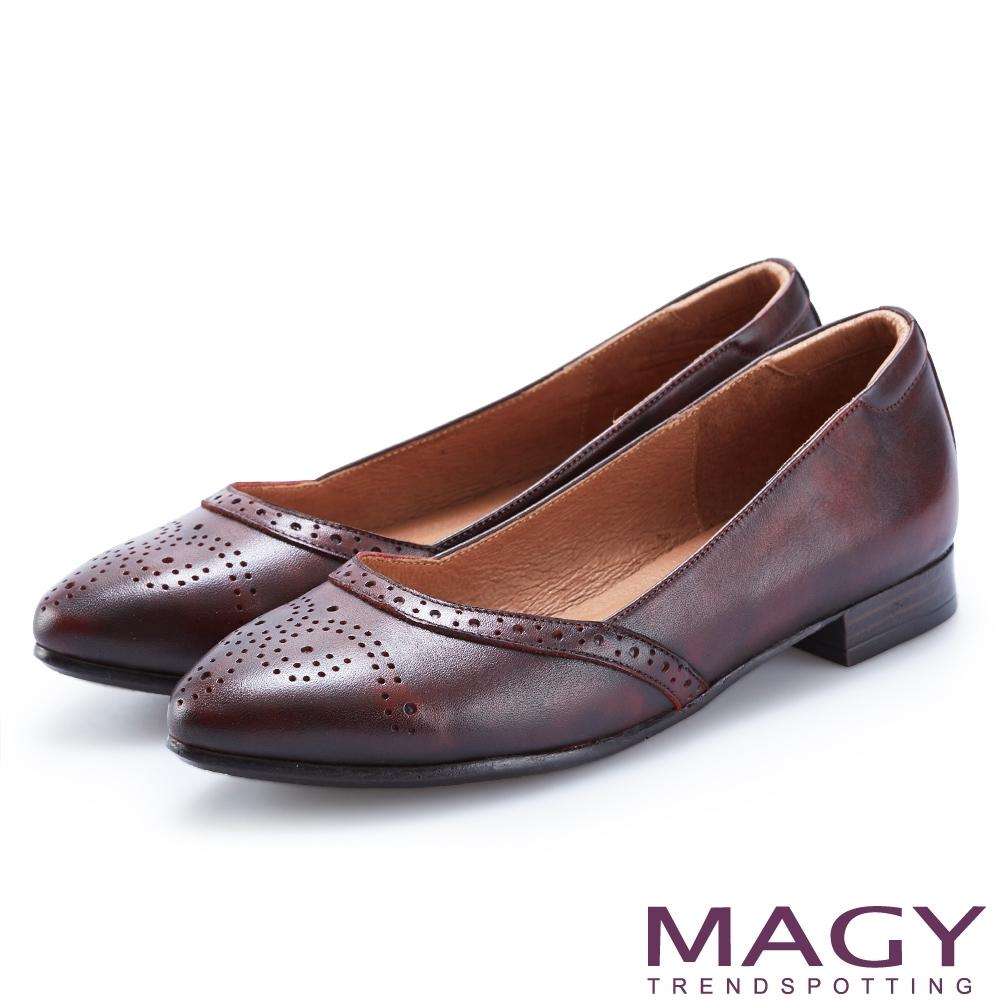MAGY 懷舊復古風 雙色蠟感牛皮雕花平底鞋-酒紅