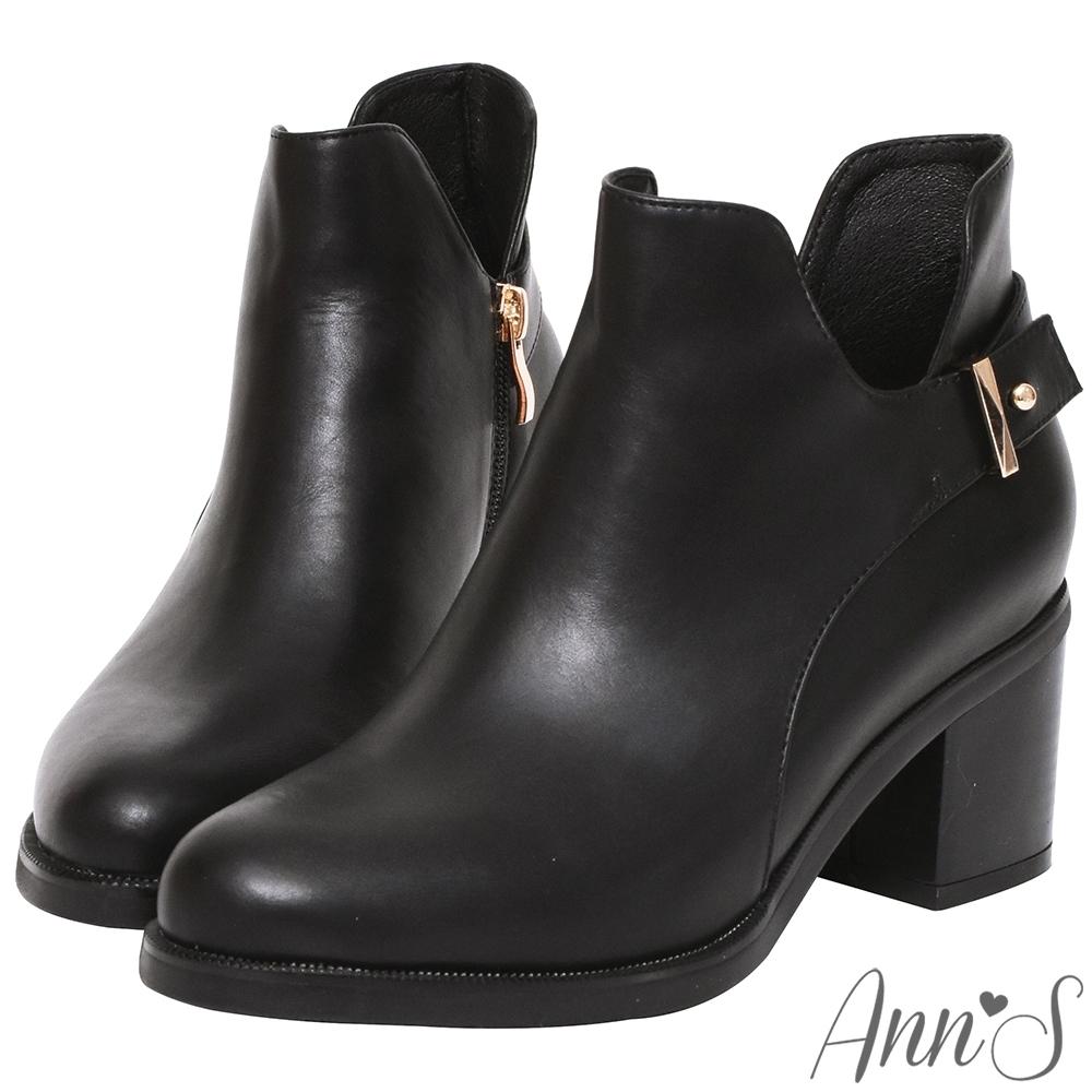 Ann'S摩登計畫-造型金扣帶側挖空V型超顯瘦粗跟短靴-黑