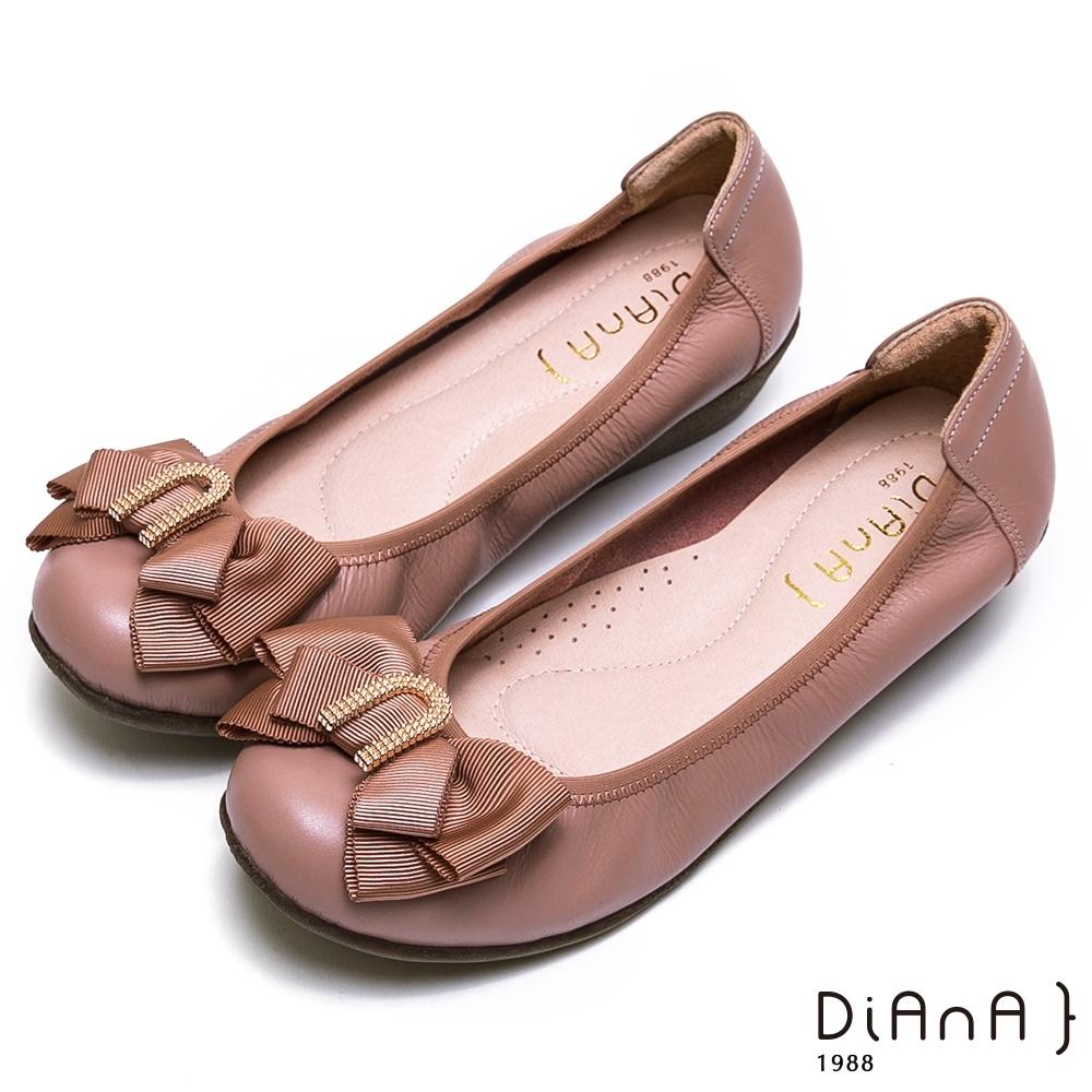 DIANA 金屬U字環釦蝴蝶結牛皮坡跟娃娃鞋-知性佳人-珊瑚玫瑰色