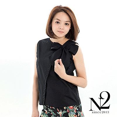 上衣 蝴蝶結設計斜領無袖造型上衣(黑) N2