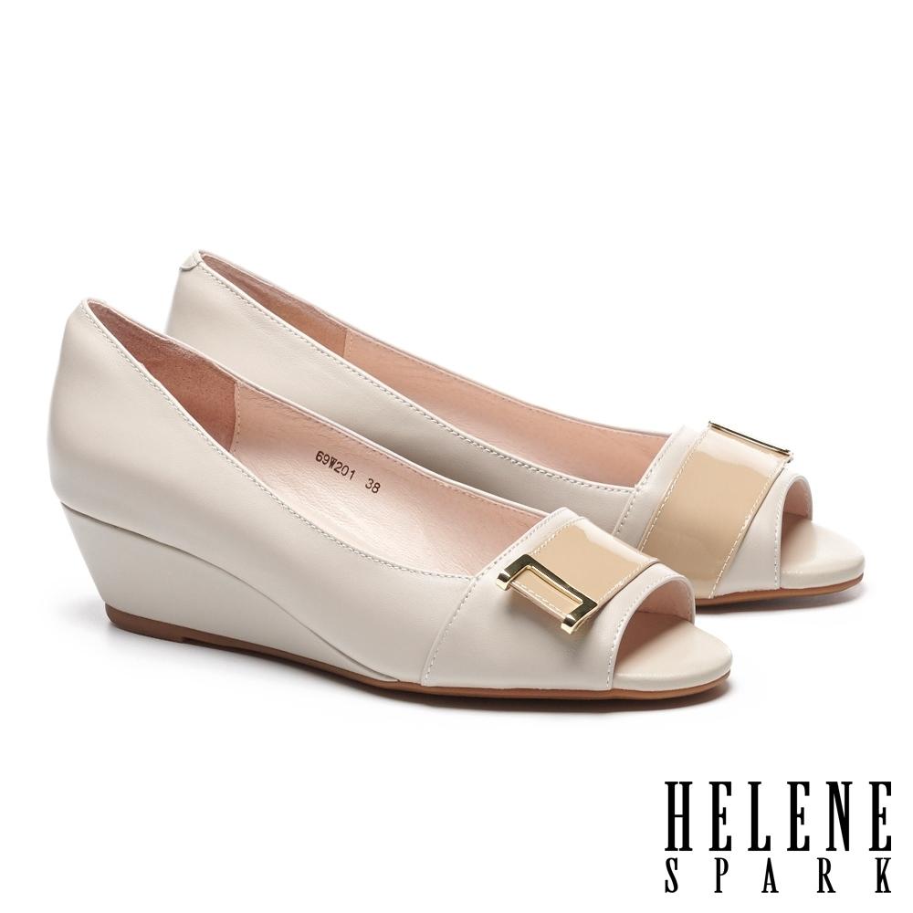 低跟鞋 HELENE SPARK 高雅時尚金屬釦魚口楔型低跟鞋-米
