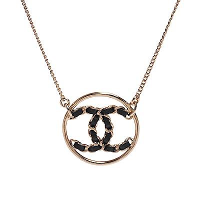 CHANEL 經典皮革穿繞雙C LOGO鏤空造型項鍊(黑X金)