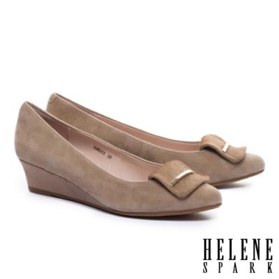 高跟鞋 HELENE SPARK 沉穩素雅金屬釦羊麂皮楔型高跟鞋-米