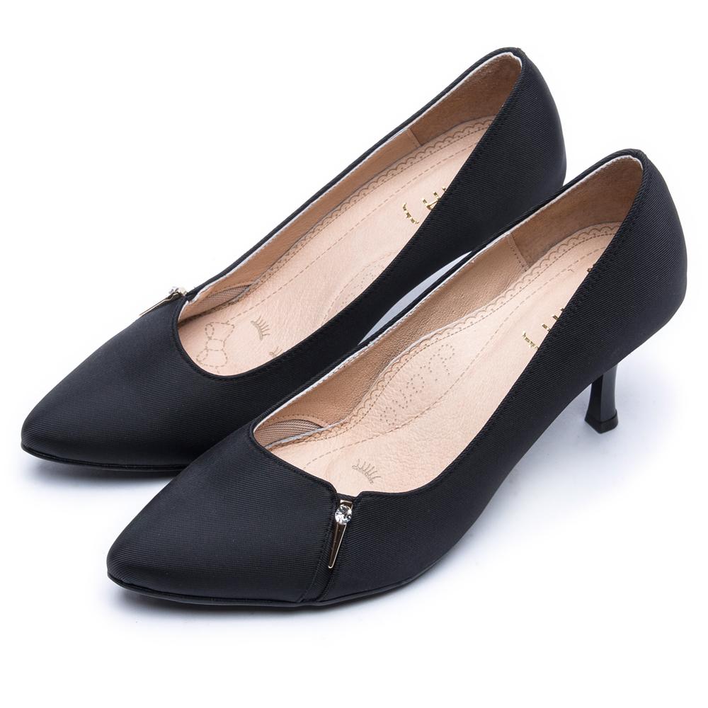 DIANA水鑽金屬釦防潑水尖頭跟鞋-漫步雲端焦糖美人款–黑