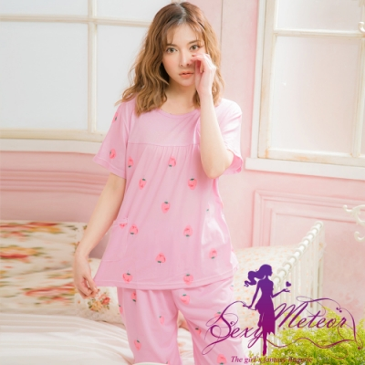 睡衣 全尺碼 草莓貼布插圖牛奶絲短袖二件式睡衣組(俏麗粉紫) Sexy Meteor