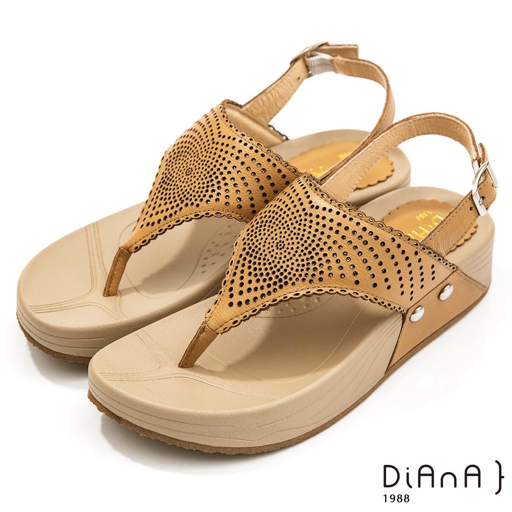 DIANA 4.5cm質感軟牛皮圖騰沖孔厚底夾腳涼鞋-夏日風情-棕