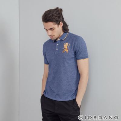 GIORDANO 男裝勝利獅王漸層刺繡彈力萊卡POLO衫 - 99 雪花古典藍