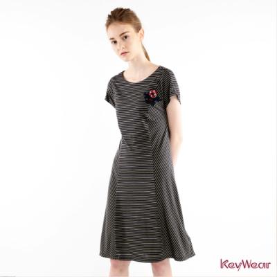 KeyWear奇威名品    不規則條紋拼接線條修身洋裝-深藍色