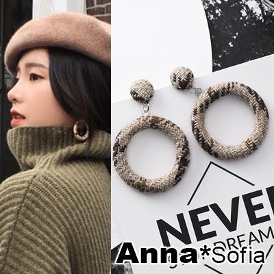 AnnaSofia 復古空圈布呢 大型耳針耳環(卡其系)