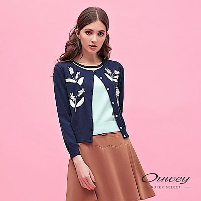 OUWEY歐薇 假兩件式跳色立體楓林草刺繡針織上衣(藍)