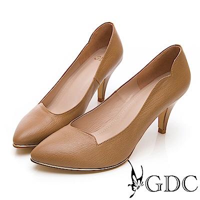 GDC-尖頭波浪設計剪裁簡約真皮素面跟鞋-卡其色
