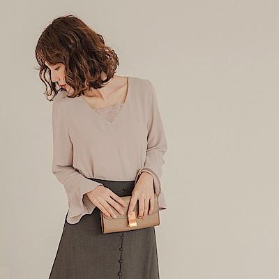 純色不易皺背後綁帶羽毛蕾絲拼接荷葉袖上衣-OB大尺碼