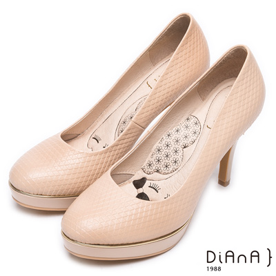 DIANA質感壓紋真皮跟鞋-漫步雲端厚切瞇眼美人-卡其