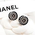 CHANEL 經典圓形壓克力鑲珍珠雙C LOGO穿式耳環