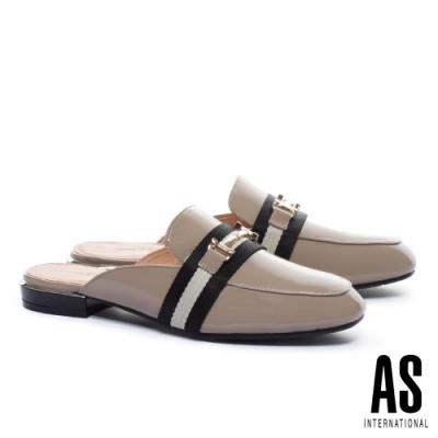 穆勒鞋 AS 經典潮流金屬釦撞色織帶牛漆皮低跟穆勒拖鞋-杏