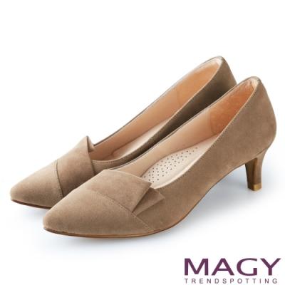 MAGY OL時髦氣場 質感剪裁絨布百搭中跟鞋-可可