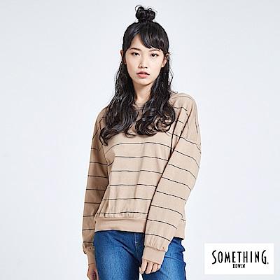 SOMETHING 亞維儂 百搭條紋寬版長袖T恤-女-淺卡其