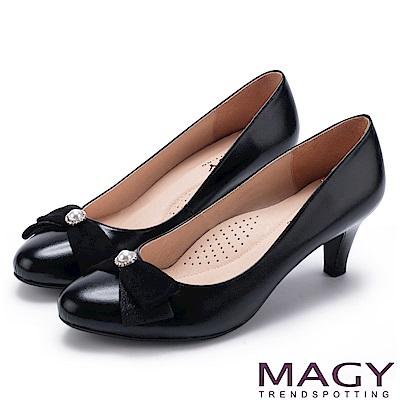 MAGY 氣質首選 典雅鑽環珍珠羊皮中跟鞋-黑色