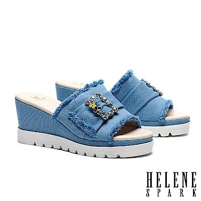 拖鞋 HELENE SPARK 復古率性花朵晶鑽方飾釦抽鬚牛仔布楔型高跟拖鞋-淺藍