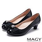 MAGY 甜美新風貌 珍珠鑽飾蝴蝶結牛皮中跟鞋-黑色