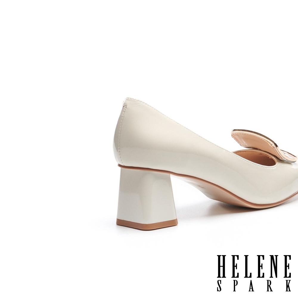 高跟鞋 HELENE SPARK 知性典雅梯形飾釦方頭粗高跟鞋-米