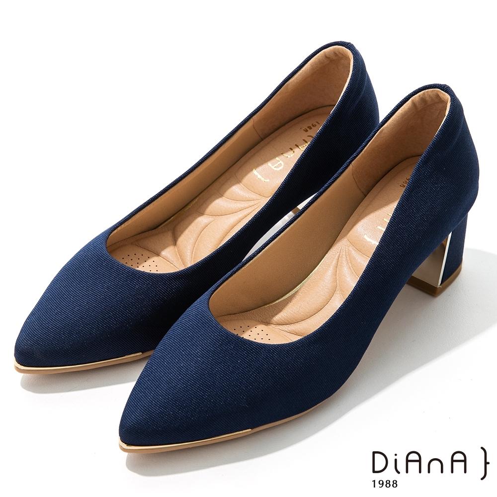 DIANA 5.5公分羅馬紋布金屬飾方尖頭粗跟鞋-細緻韻味 –海洋藍