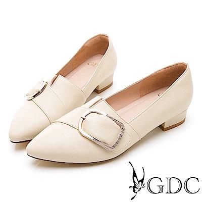 GDC-真皮百搭斜扣尖頭素色基本上班低跟包鞋-米色