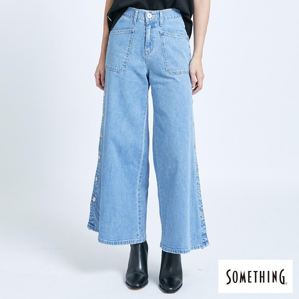 SOMETHING NEO FIT 側開釦牛仔寬直筒褲-女-拔洗藍