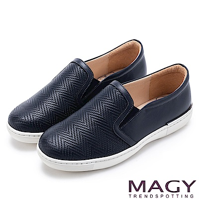 MAGY 輕甜休閒時尚 編織壓紋牛皮平底便鞋-深藍