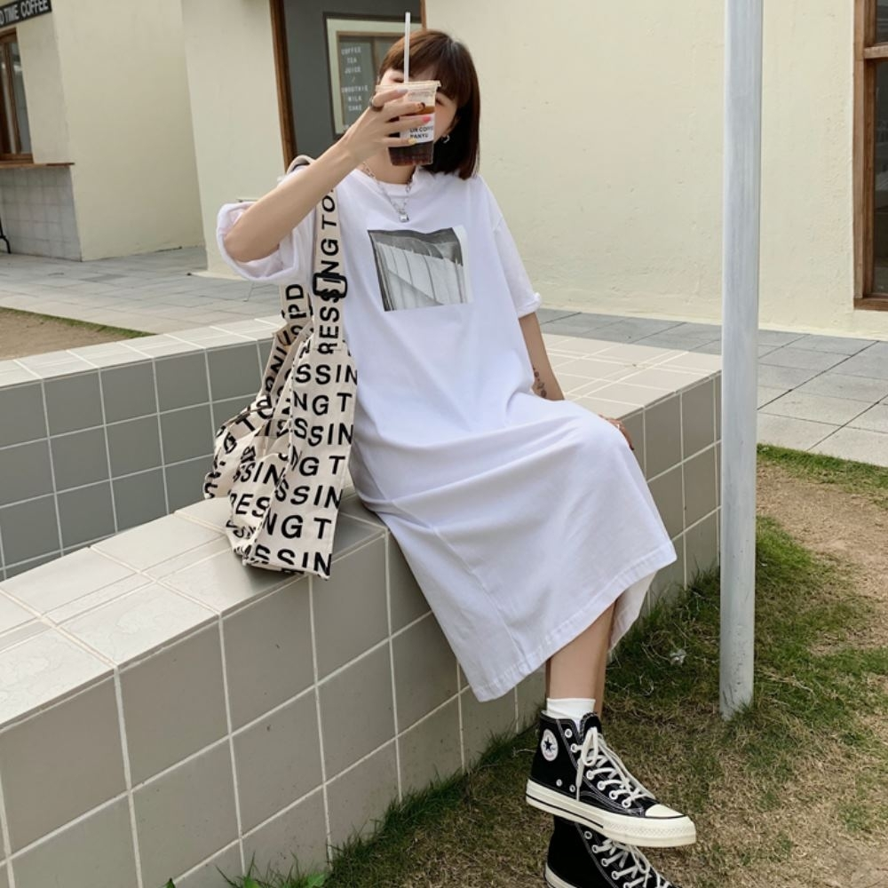 MOCO圓領風景印花圖案長版落肩棉質洋裝L~2XL (白色)
