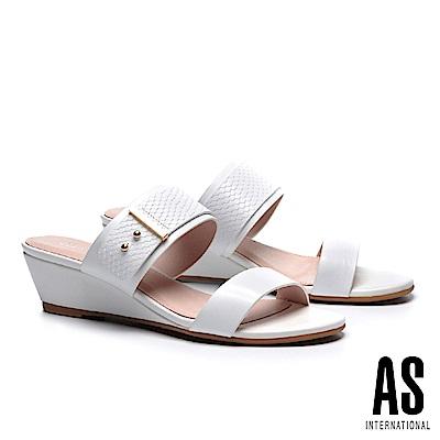 拖鞋 AS 金屬風異材質拼接羊皮楔型低跟拖鞋-白