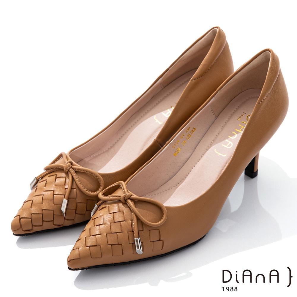 DIANA 6.5cm柔軟羊皮蝴蝶結飾編織紋路尖頭跟鞋-摩登時尚-淺棕
