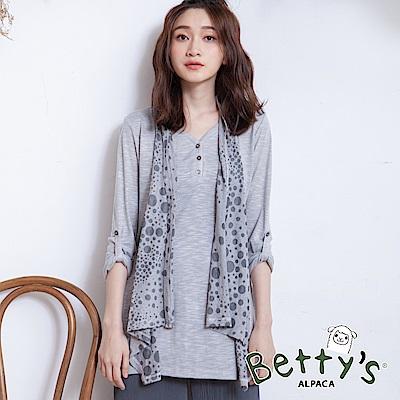 betty's貝蒂思 V領半開襟圓點垂墜上衣(淺灰)