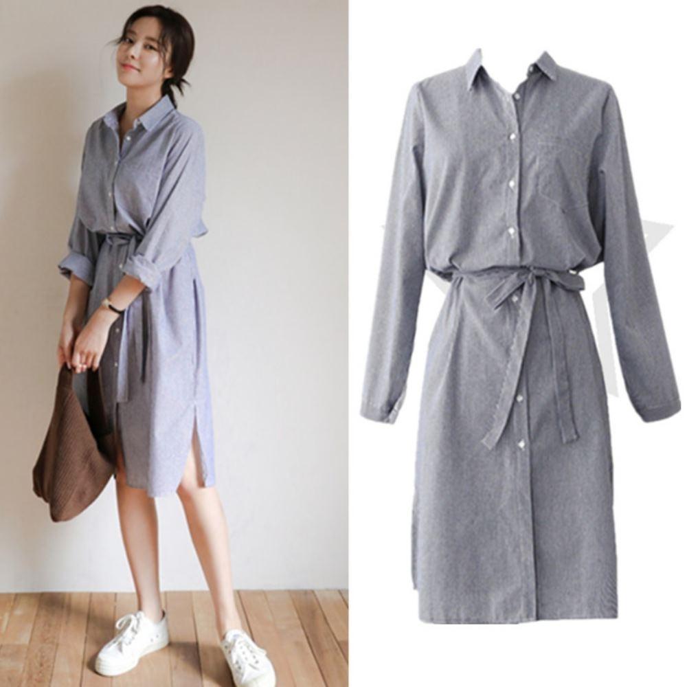 MOCO藍色條紋單口袋附綁帶側開叉長版排釦洋裝L~4XL