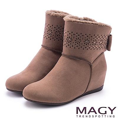 MAGY 柔軟暖呼呼 甜美蝴蝶結平底內增高短靴-棕色