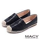 MAGY 輕甜休閒時尚 愛心刺繡牛皮麻編平底鞋-黑色
