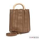 La Moda 質感設計滿點皺摺設計木質手把肩背手提圓筒包(棕)